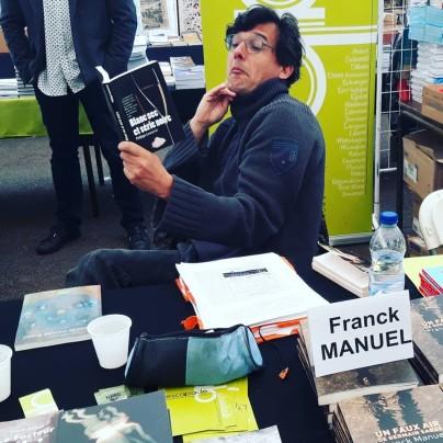 Photo de Philippe Lescarret : entre deux corrections et quatre dédicaces, Franck Manuel prend la pose